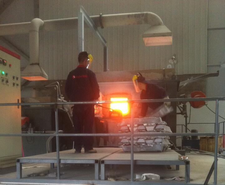 熔铝炉对不沾铝浇注料的研发及应用